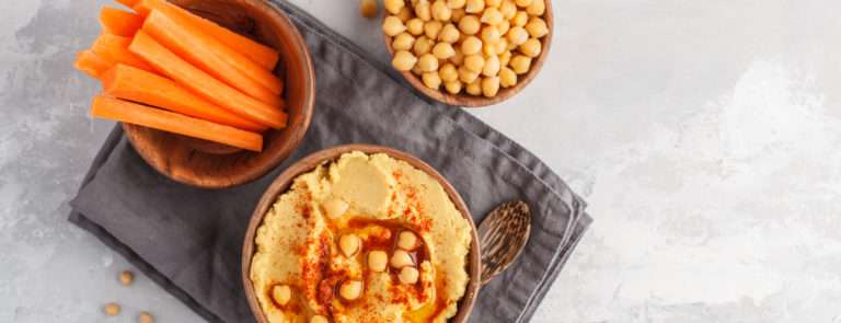 Hummus and carrots as a healthy snack